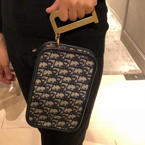 ディオールスーパーコピー Dior重ね刺繍 ロゴ入 ブルーキャンバスDリング付きポーチS5700CTZQ_M92