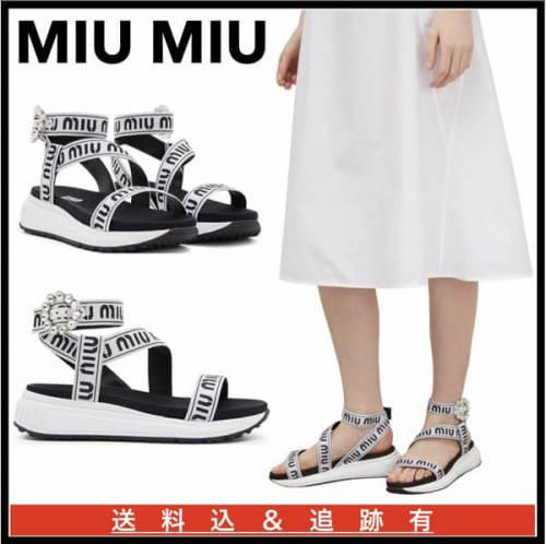 miumiu サンダル 偽物 ロゴ入り サンダル 歩きやすいストラップ付き♪