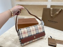 Burberry counter's latest bag 🇬 pen is practical and durable
