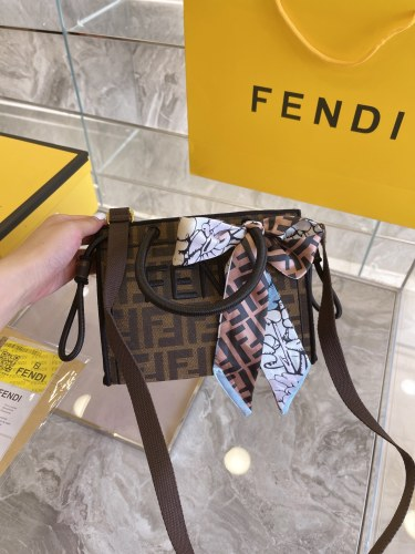 Fendi's early fall collection! Draw limited-edition canvas tote bags with comics