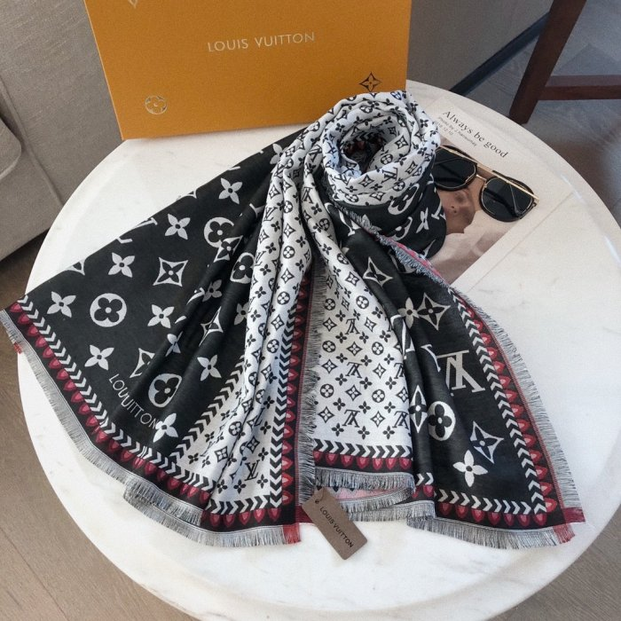 Letter color four-sided mustache scarf