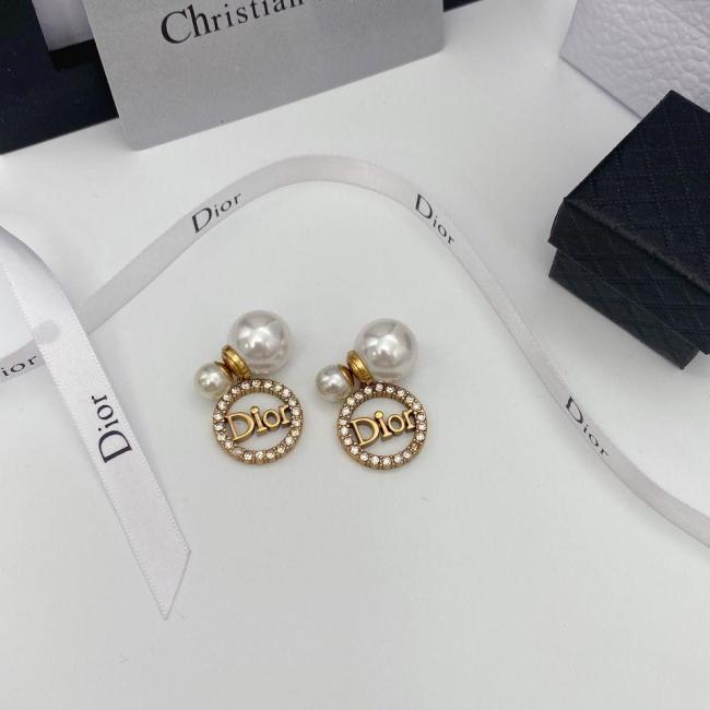 Circle letter pearl earrings
