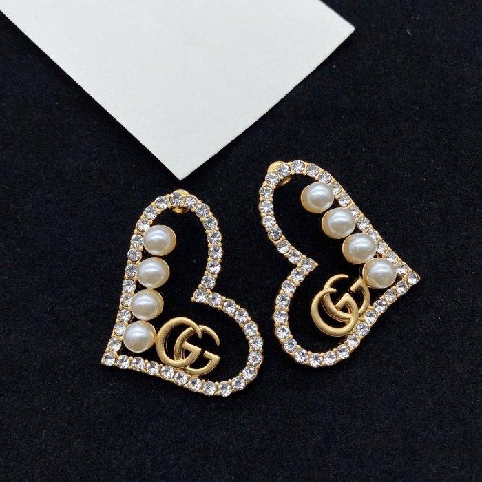 Heart-shaped pearl stud earrings
